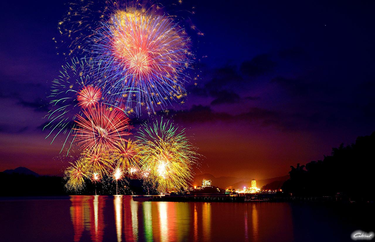 Картинки Салют Небо Ночь город Праздники фейерверк ночью в ночи Ночные Города