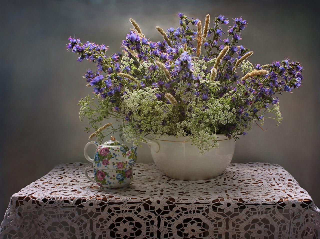 Обои для рабочего стола Букеты Цветы Чайник Колокольчики - Цветы вазы Стол Натюрморт букет цветок Ваза вазе столы стола