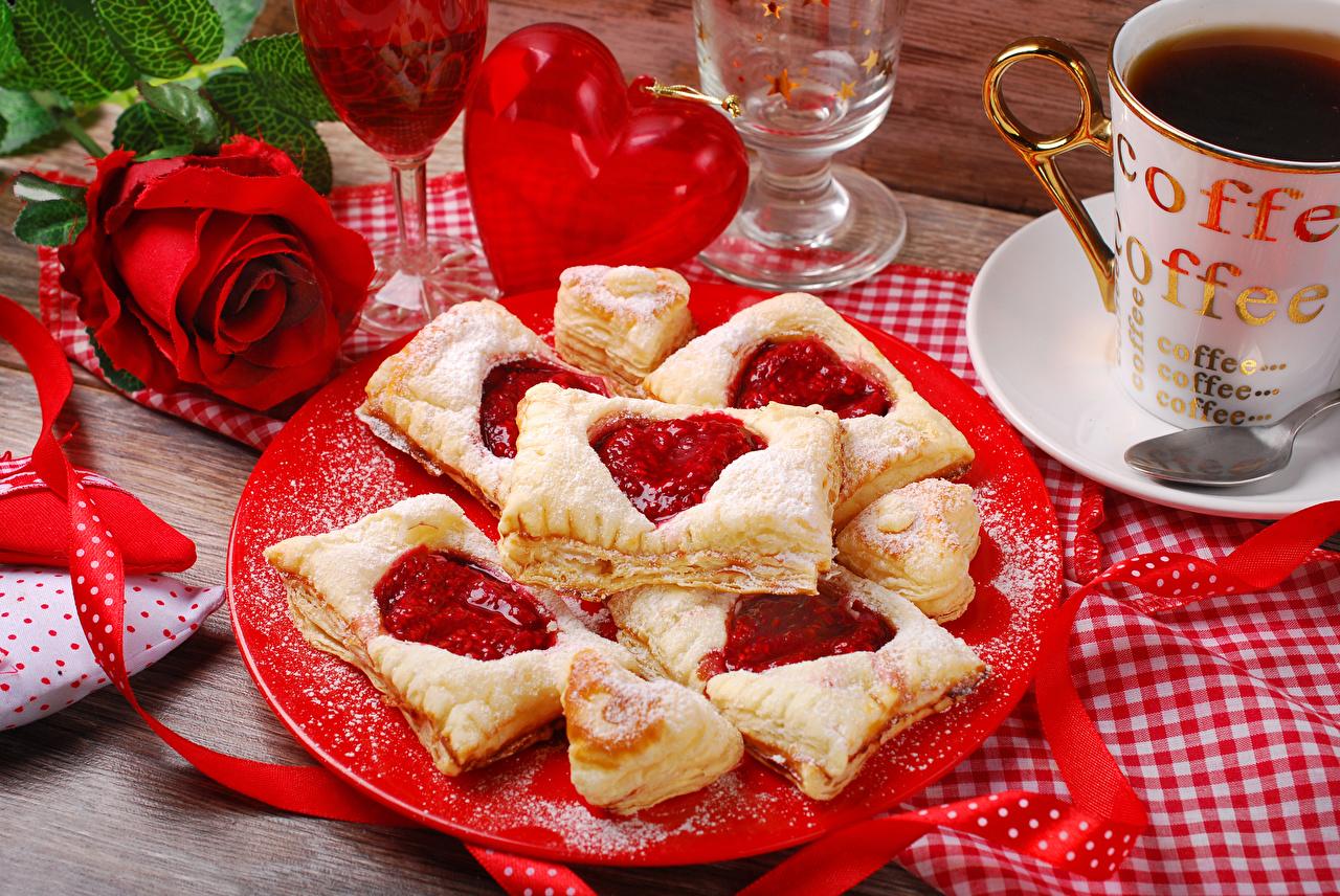 Фотография День всех влюблённых Сердце роза Кофе красных Еда тарелке Выпечка День святого Валентина серце сердца сердечко Розы Красный красная красные Пища Тарелка Продукты питания