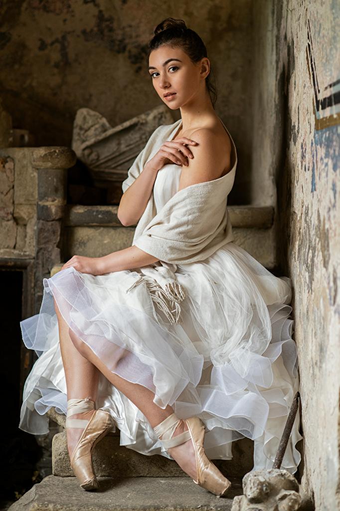 Обои для рабочего стола балете Bella молодые женщины сидя Руки смотрят платья  для мобильного телефона Балет балета девушка Девушки молодая женщина рука Сидит сидящие Взгляд смотрит Платье