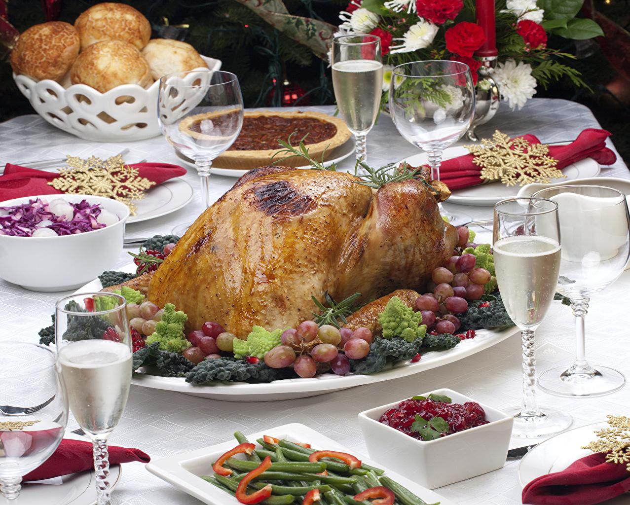 Картинка Виноград Курица запеченная Еда бокал Салаты Сервировка Мясные продукты Пища Бокалы Продукты питания накрытия стола