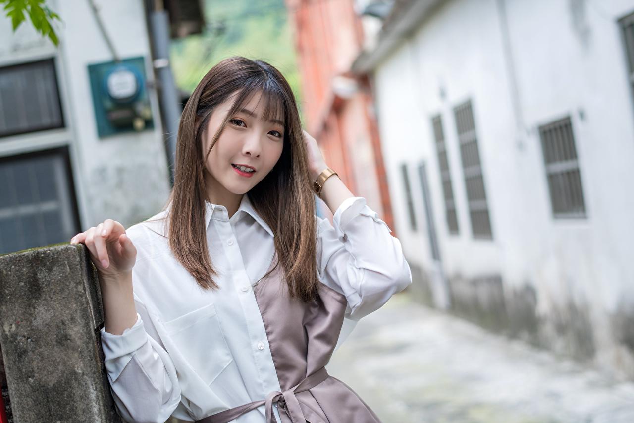 Фотографии Шатенка боке Девушки азиатка смотрят шатенки Размытый фон девушка молодая женщина молодые женщины Азиаты азиатки Взгляд смотрит