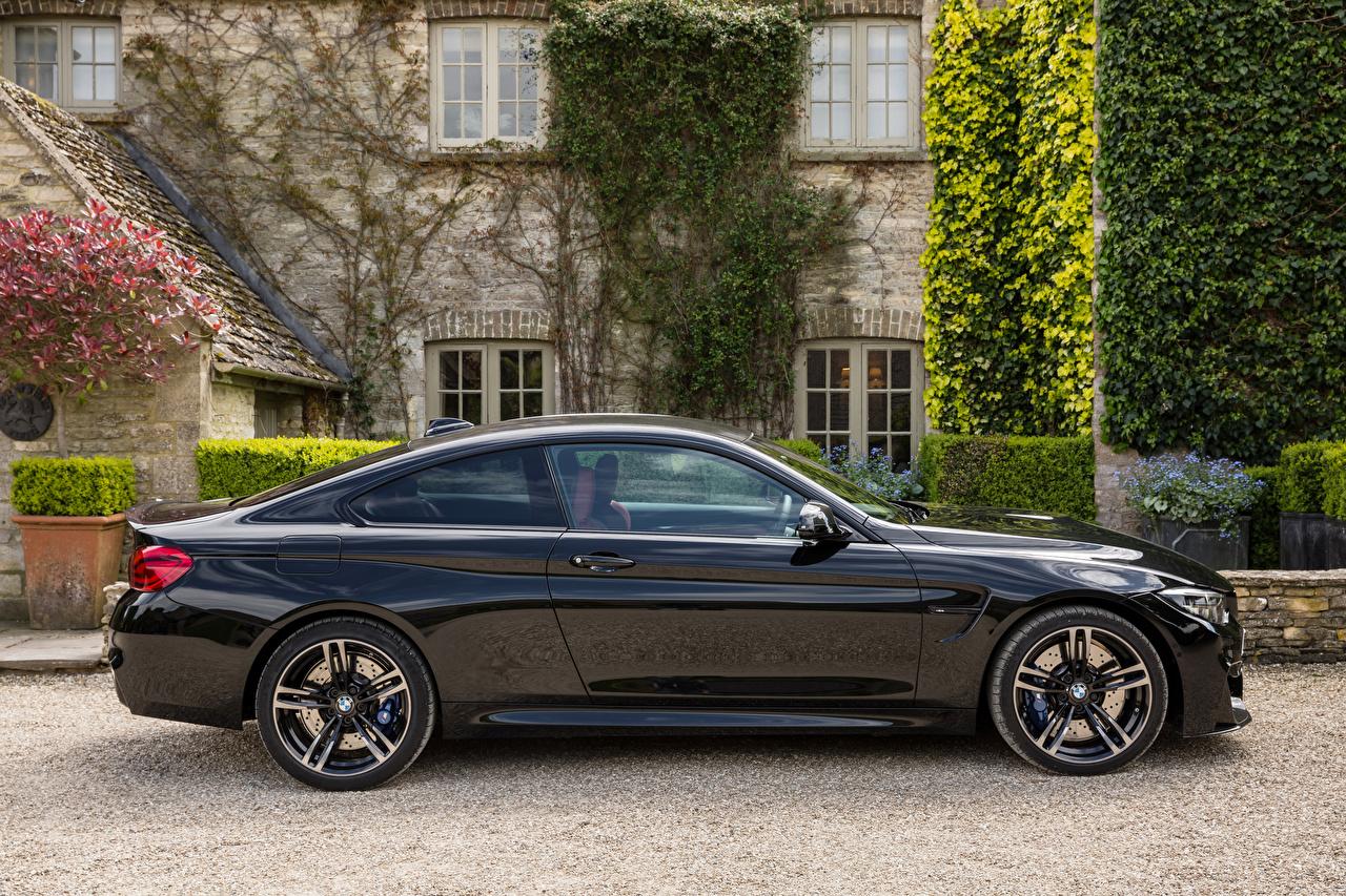 Фотографии БМВ 2017-18 M4 Coupe Черный Сбоку машины Металлик BMW черных черные черная авто машина автомобиль Автомобили