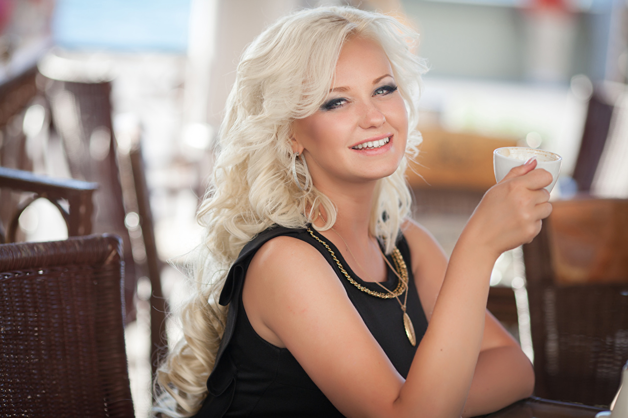 Картинка Блондинка Улыбка Девушки Руки Чашка смотрит Взгляд