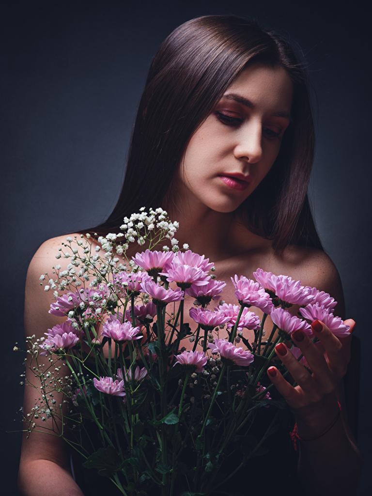 Картинка Шатенка Diana Pozdnysheva, Nikolay Bobrovsky Букеты Девушки Цветы Хризантемы  для мобильного телефона шатенки букет девушка молодая женщина молодые женщины цветок