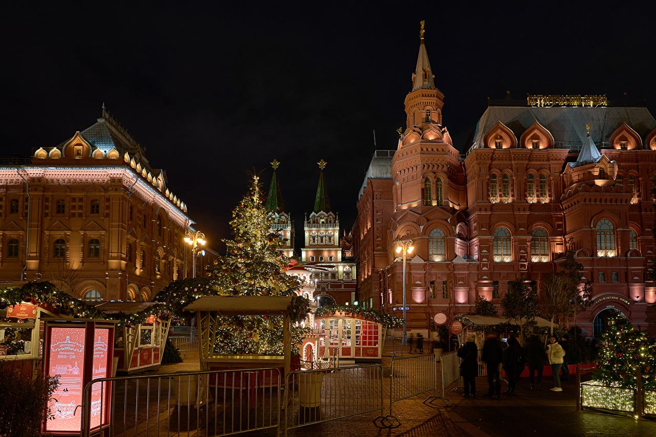 Обои для рабочего стола Москва Россия Рождество Manezhnaya Square Елка Ночь Уличные фонари город Здания Новый год Новогодняя ёлка ночью в ночи Ночные Дома Города