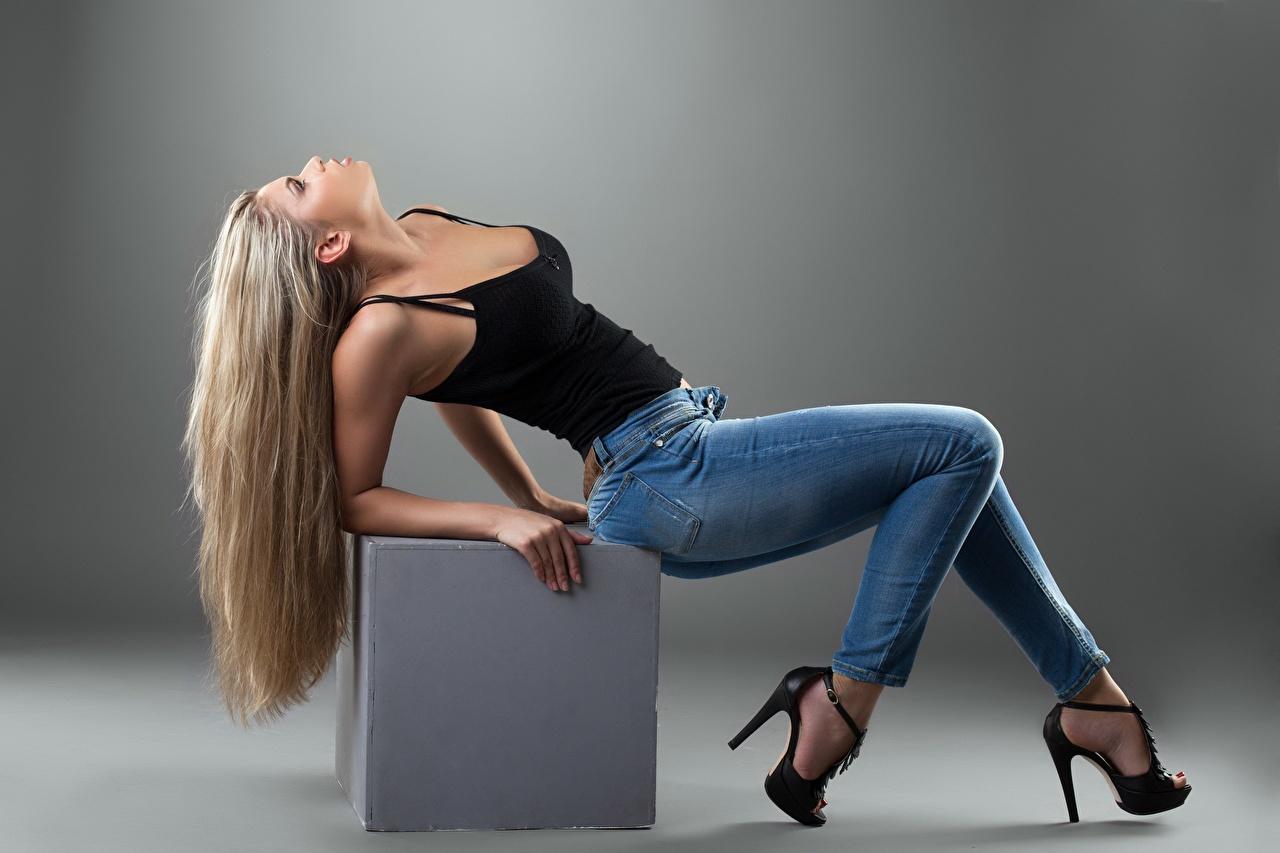 Картинки Блондинка куб позирует девушка Ноги Джинсы Серый фон Туфли блондинки блондинок Кубик кубики Поза Девушки молодая женщина молодые женщины ног джинсов сером фоне туфель туфлях
