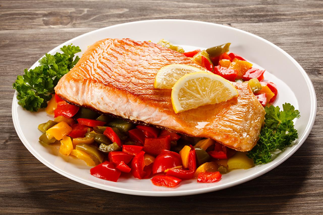 Обои для рабочего стола Еда Рыба Лимоны Овощи Лососи тарелке Пища Продукты питания Тарелка
