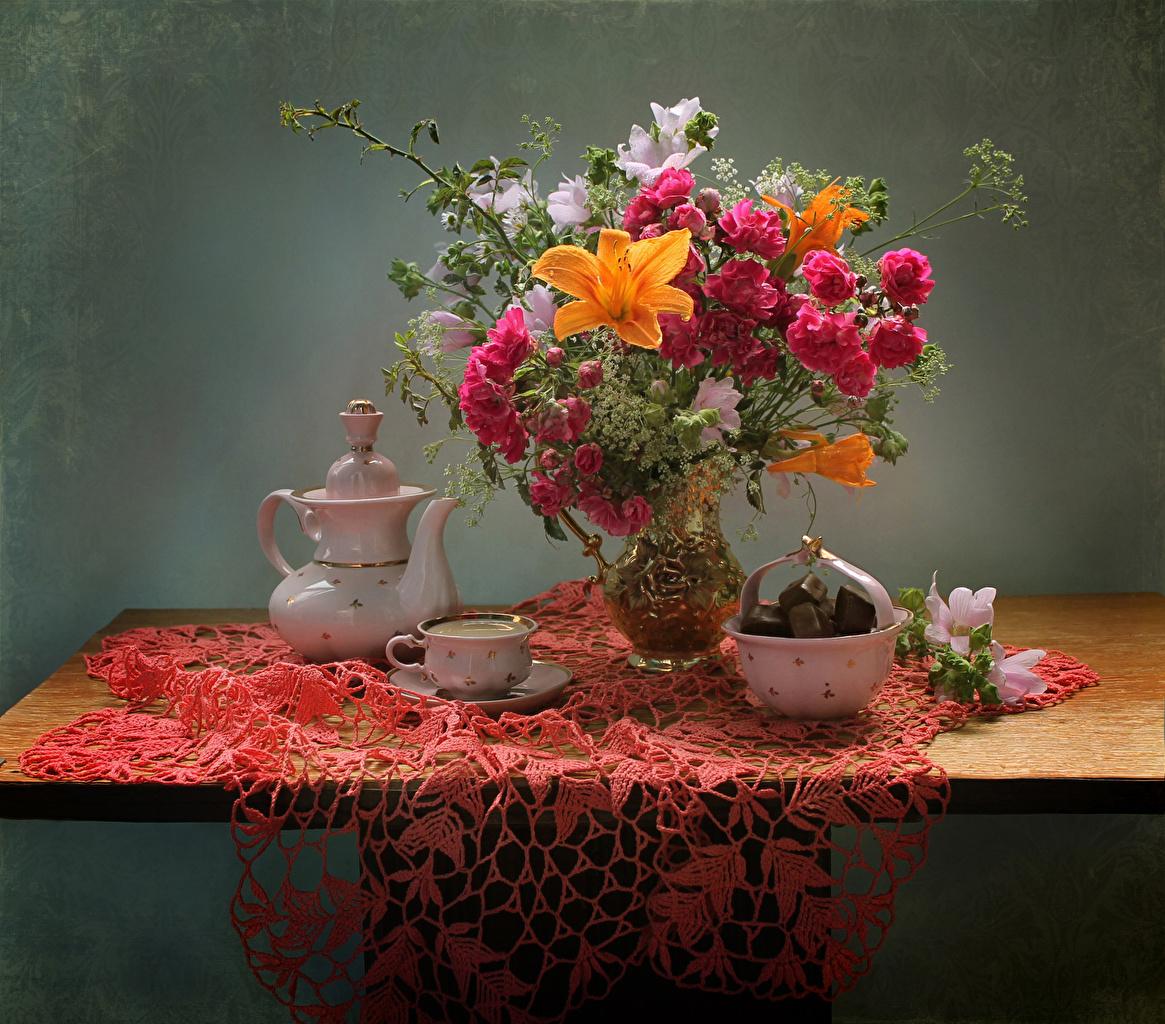 Картинки букет роза Лилии Конфеты Цветы Чайник Колокольчики - Цветы вазе чашке Натюрморт Букеты Розы лилия цветок Ваза вазы Чашка