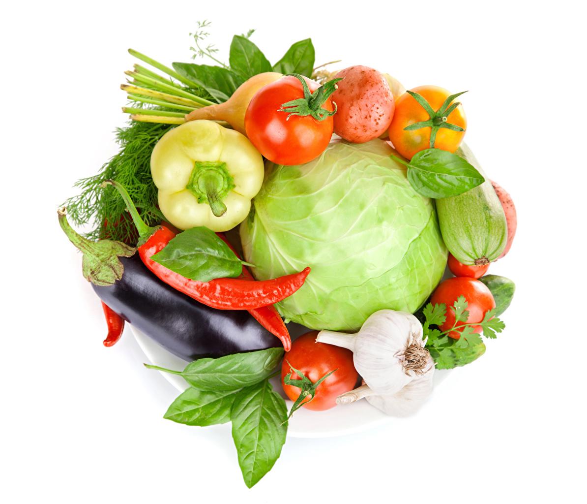 Фото Капуста Баклажан Помидоры Острый перец чили Чеснок Еда Овощи Белый фон Томаты Пища Продукты питания