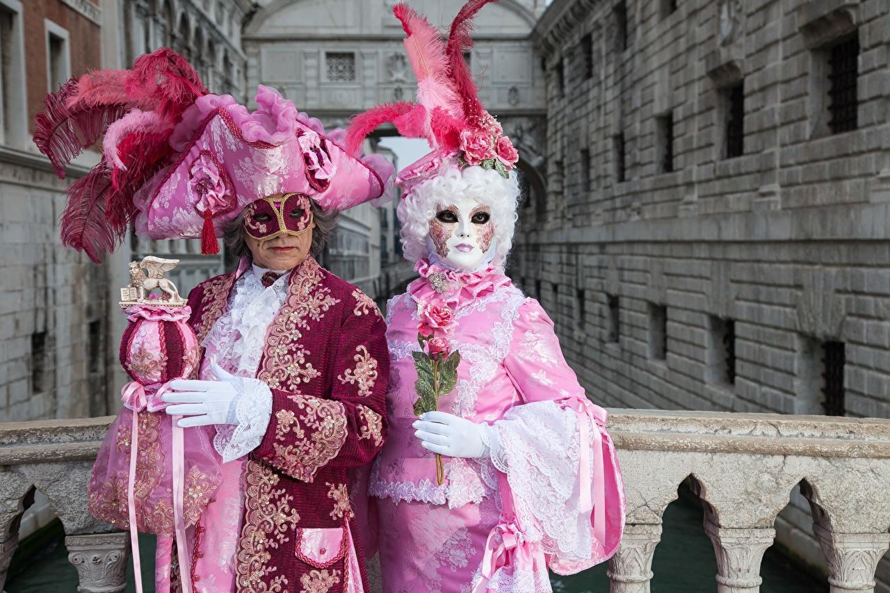 Картинка Венеция Италия Мужчины Двое Шляпа Перья Маски Карнавал и маскарад 2 вдвоем
