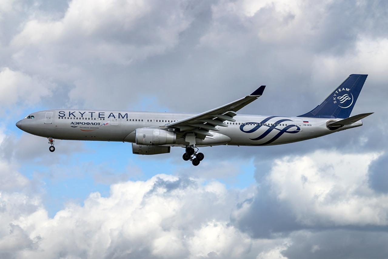 Картинки Airbus Пассажирские Самолеты Aeroflot, A330-300 Сбоку летит Авиация Эйрбас летят Полет летящий
