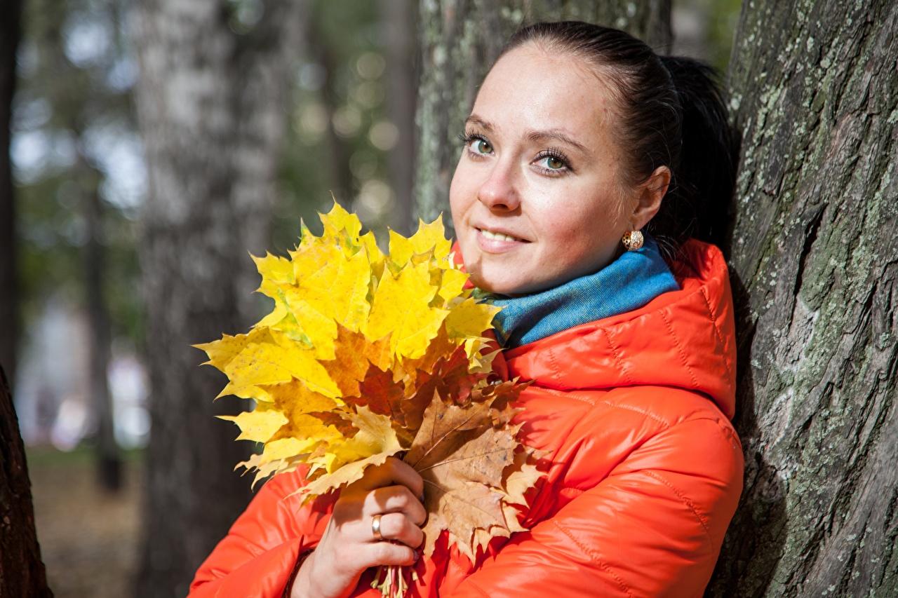 Фотографии Листья куртки осенние молодые женщины Взгляд лист Листва Осень куртке Куртка куртках девушка Девушки молодая женщина смотрит смотрят