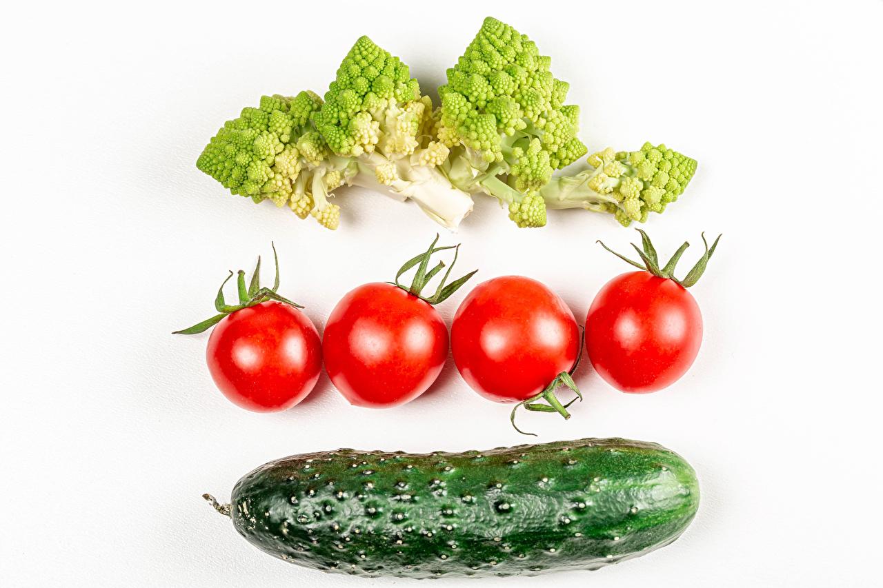 Картинка Томаты Огурцы Брокколи Еда Овощи белом фоне Помидоры Пища Продукты питания Белый фон белым фоном