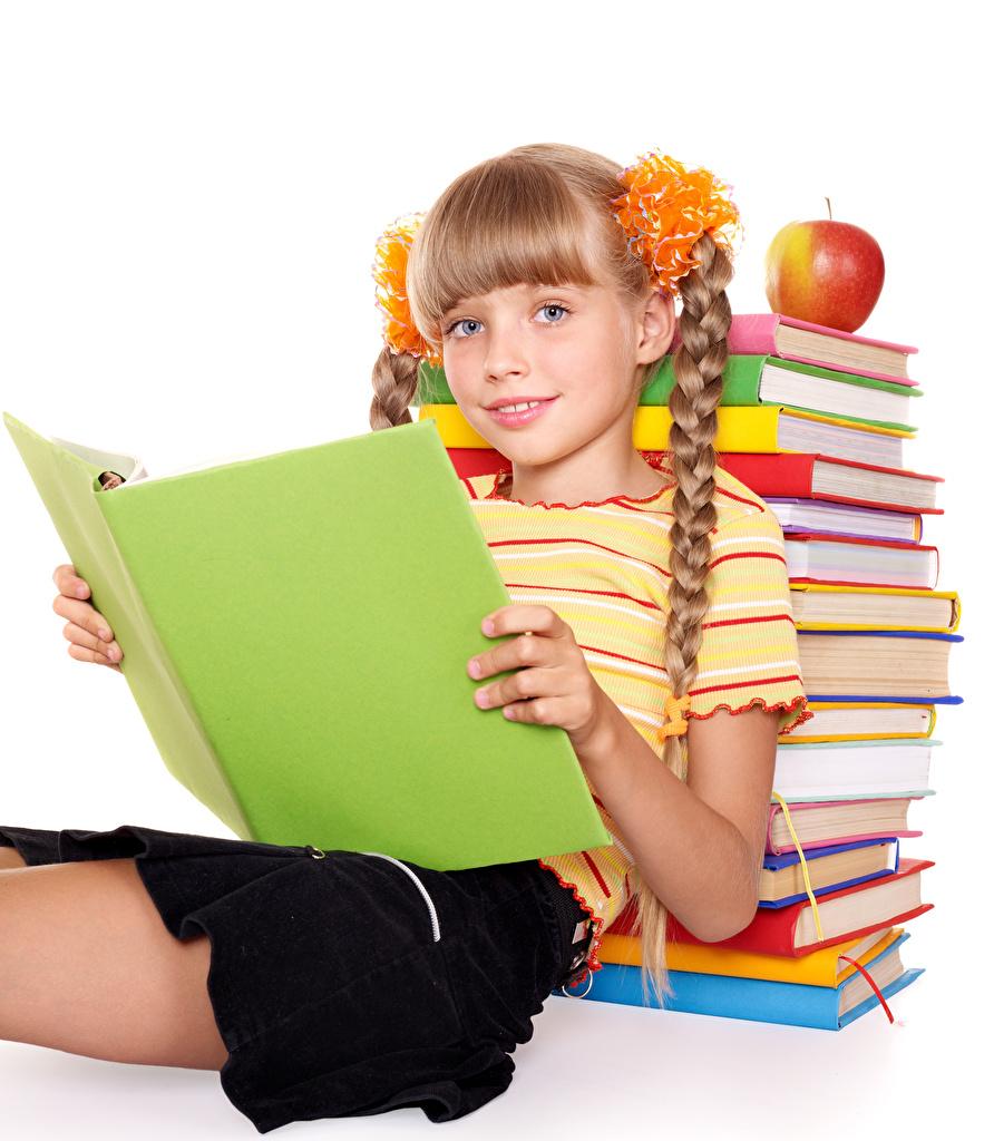 Картинки девочка Школа ребёнок Яблоки Книга Сидит смотрят белым фоном Девочки школьные Дети сидя книги сидящие Взгляд смотрит Белый фон белом фоне