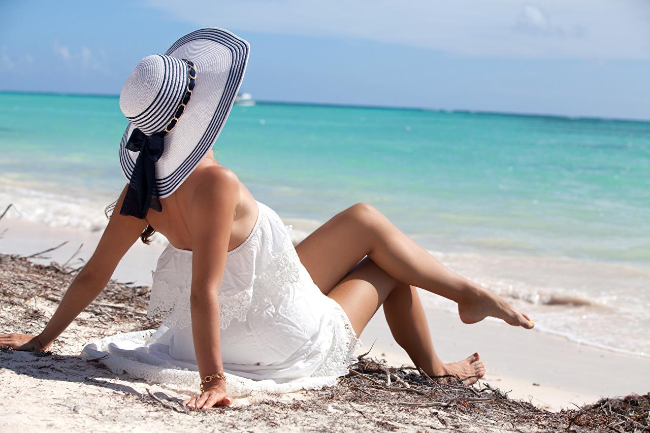Обои для рабочего стола пляже Море Шляпа девушка ног сидя платья Пляж пляжи пляжа шляпе шляпы Девушки молодые женщины молодая женщина Ноги Сидит сидящие Платье