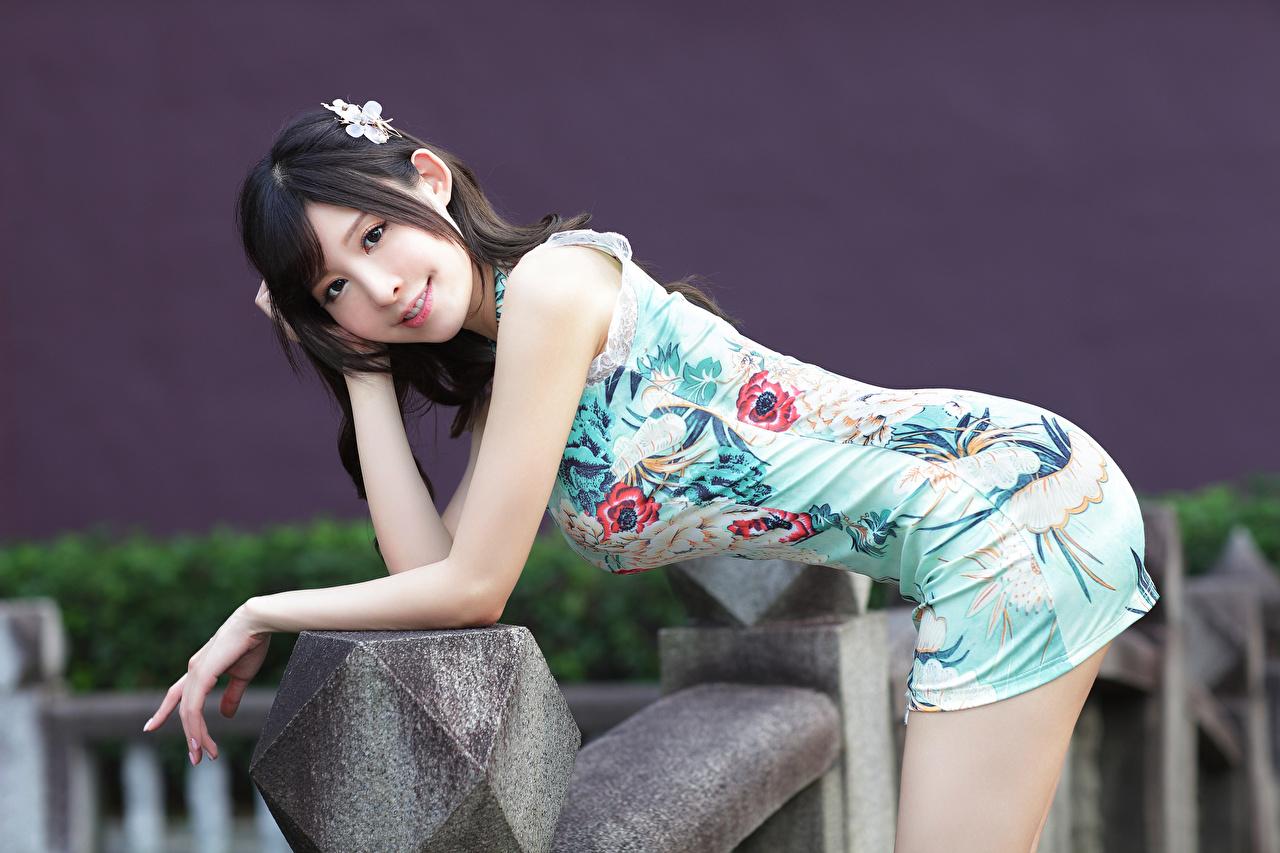 Фото Поза красивый Девушки Азиаты Взгляд платья позирует красивая Красивые девушка молодая женщина молодые женщины азиатки азиатка смотрит смотрят Платье