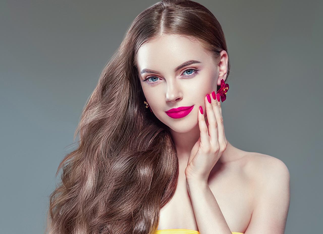 Картинки шатенки Маникюр Волосы девушка рука Взгляд сером фоне красными губами Шатенка маникюра волос Девушки молодые женщины молодая женщина Руки смотрят смотрит Серый фон Красные губы