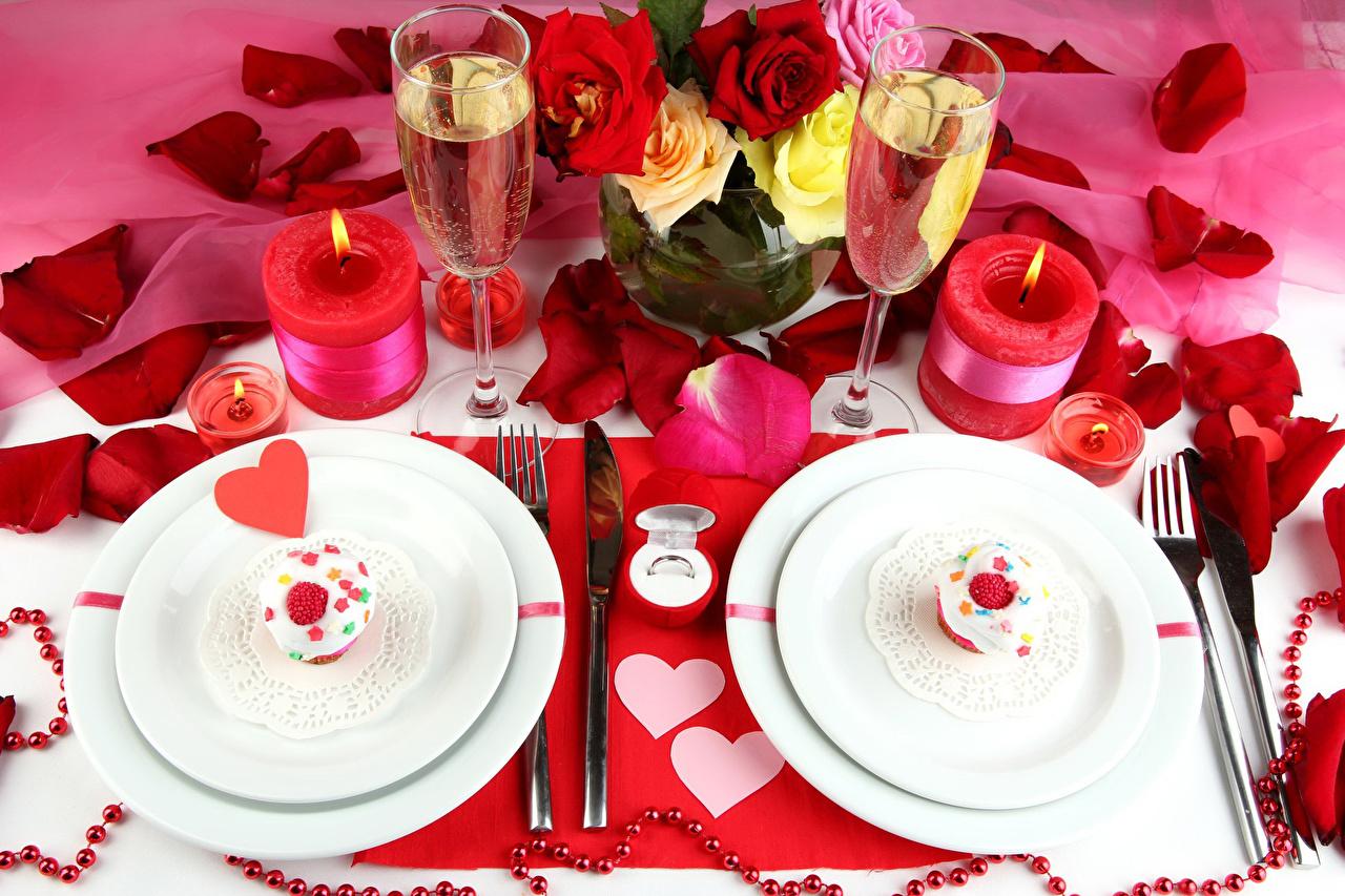 Картинка Сердце Розы Лепестки Шампанское Цветы Еда Свечи Бокалы Тарелка Пирожное Праздники сердечко Игристое вино Пища Продукты питания