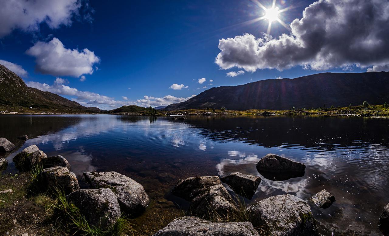 Картинка Шотландия Achallader гора солнца Природа Озеро Камни облачно Горы Солнце Камень облако Облака