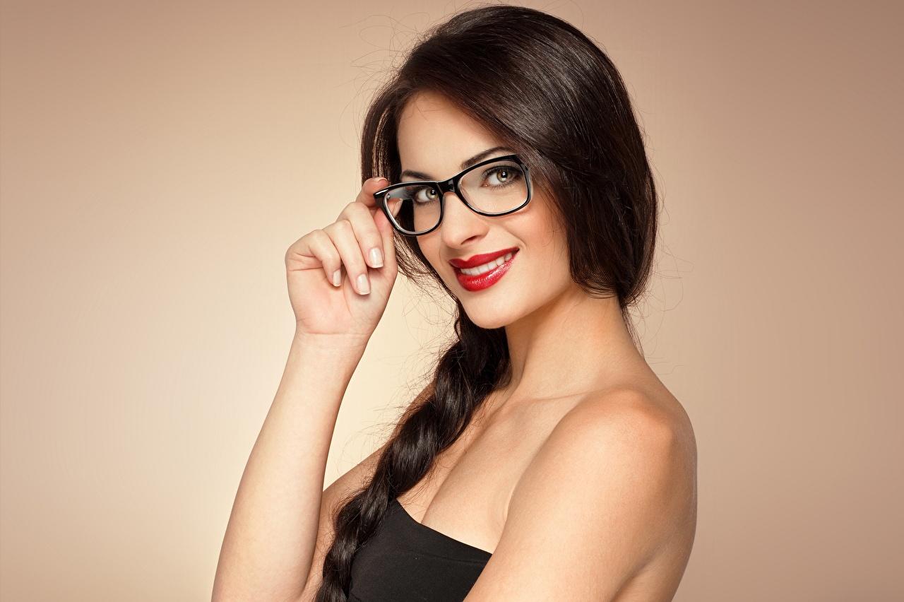Обои для рабочего стола брюнетки улыбается Девушки Очки рука смотрит Красные губы Цветной фон Брюнетка брюнеток Улыбка девушка молодая женщина молодые женщины Руки очков очках Взгляд смотрят красными губами