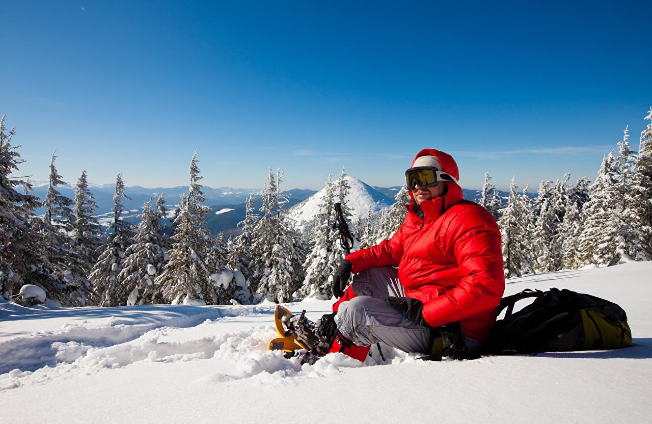 Фотографии мужчина Зима куртках спортивная снегу Очки Лыжный спорт Мужчины Спорт зимние куртке куртки Куртка спортивные спортивный Снег снега снеге очков очках