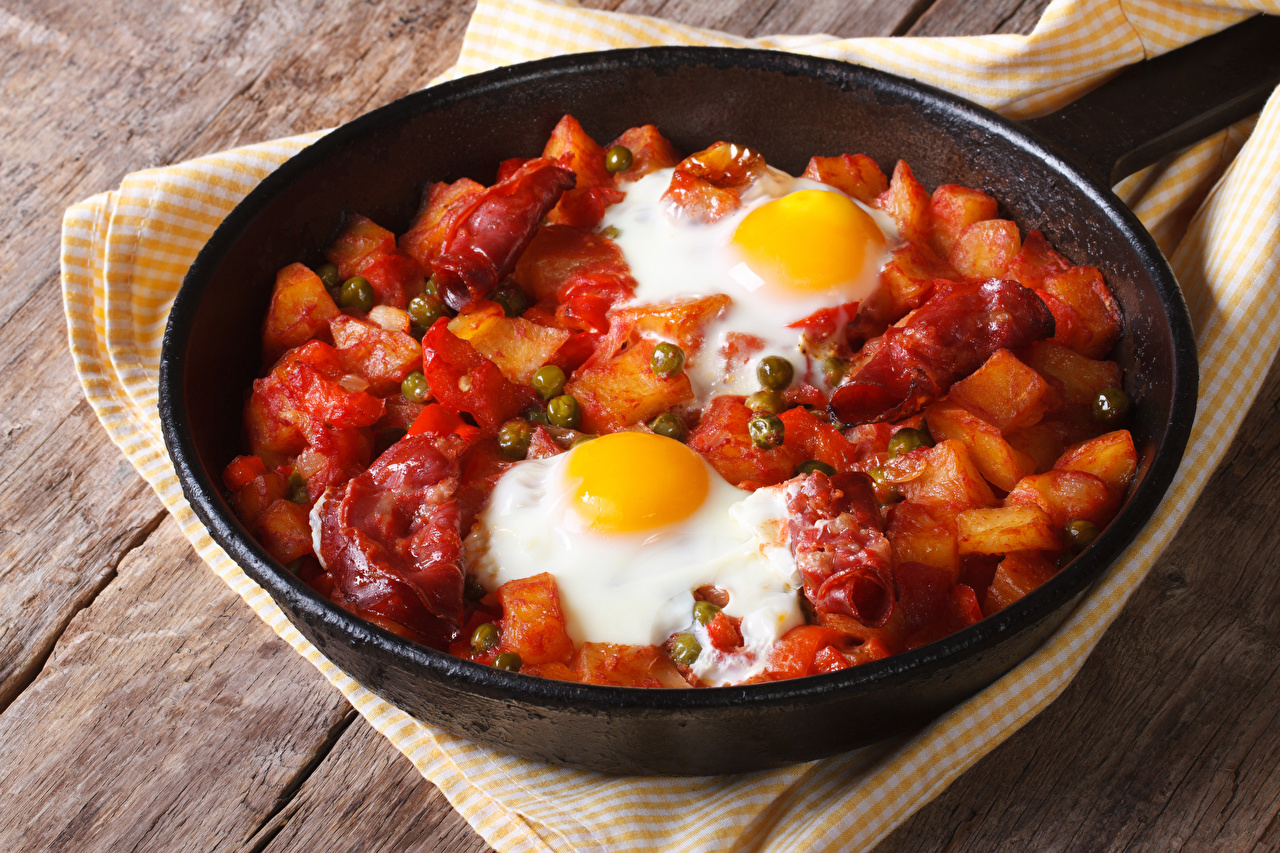 Фотография Яичница Картофель сковорода Овощи Продукты питания Мясные продукты яичницы глазунья картошка сковороде Сковородка Еда Пища