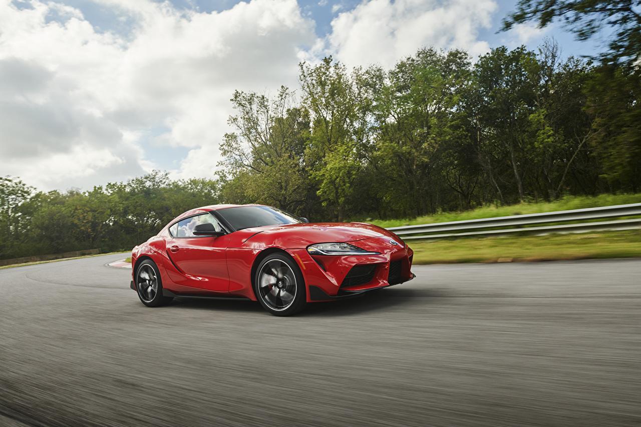 Фотографии Toyota 2019 GR Supra Красный скорость Металлик Автомобили Тойота едущий Движение Авто Машины