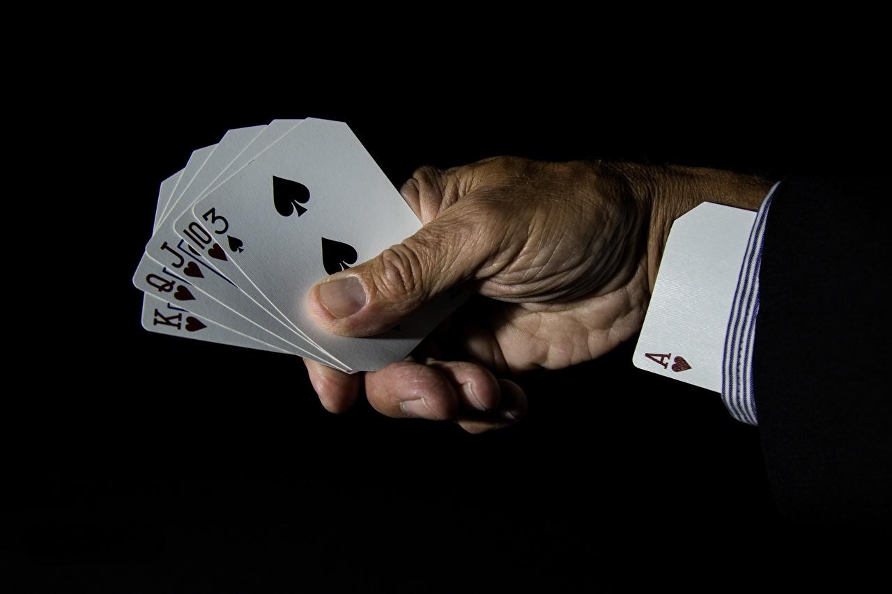Фотографии шулер Туз Руки Карты Черный фон рука игральные карты на черном фоне