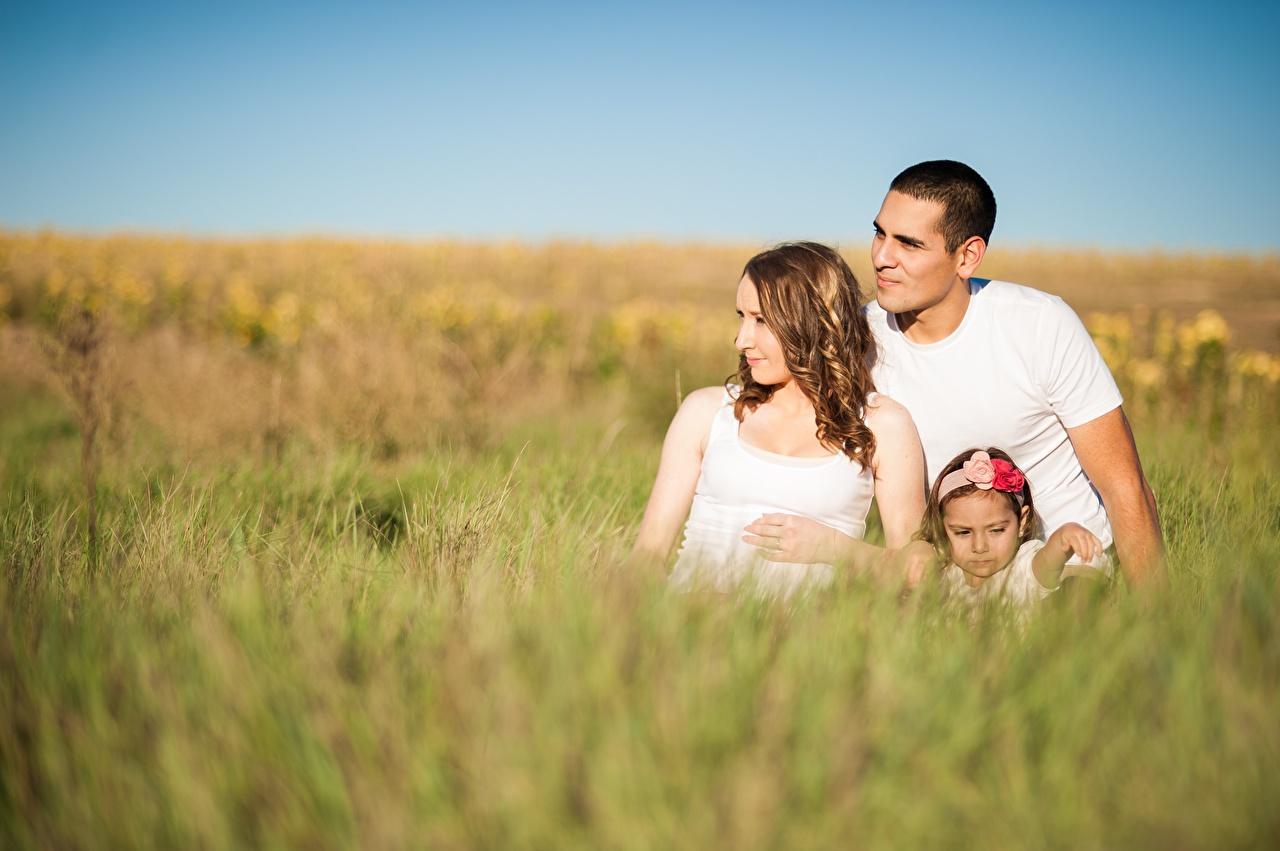 Фотография девочка Семья Мужчины Мама боке ребёнок Трава втроем сидящие Девочки Мать Размытый фон Дети три сидя Сидит Трое 3 траве