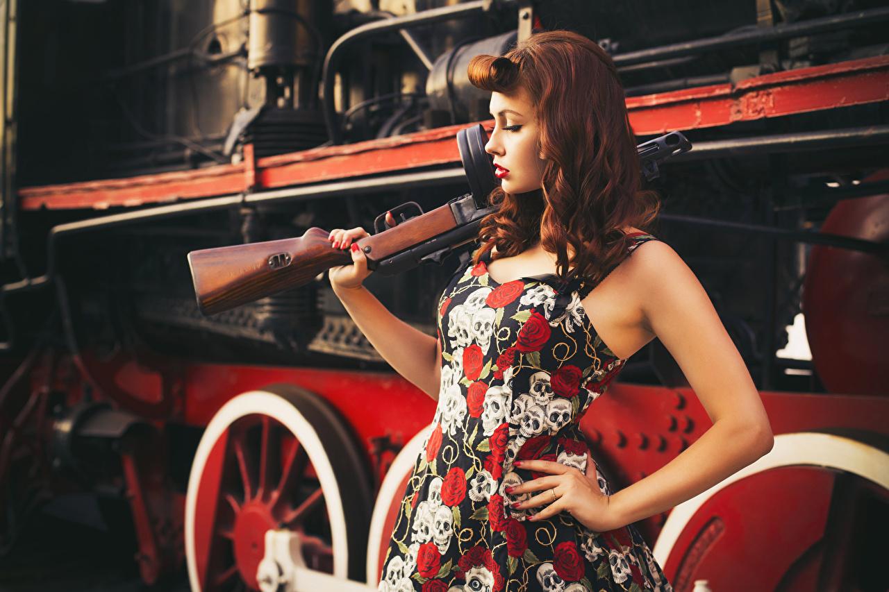 Обои для рабочего стола Рыжая автоматом Ретро Девушки Поезда платья рыжих рыжие автомат Автоматы Винтаж девушка старинные молодые женщины молодая женщина Платье