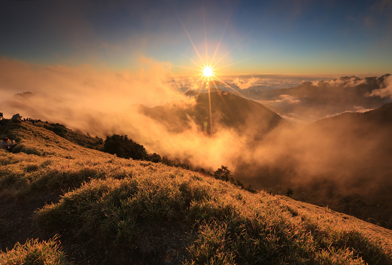 Фотография тумане гора солнца Природа Пейзаж Рассветы и закаты траве Туман тумана Горы Солнце рассвет и закат Трава