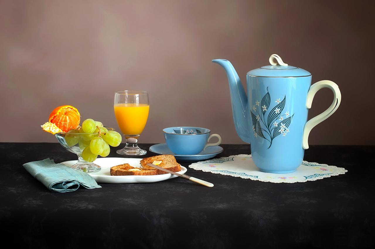 Обои для рабочего стола Сок Мандарины Хлеб Чайник Виноград Пища Чашка Бокалы тарелке Натюрморт Еда чашке бокал Тарелка Продукты питания