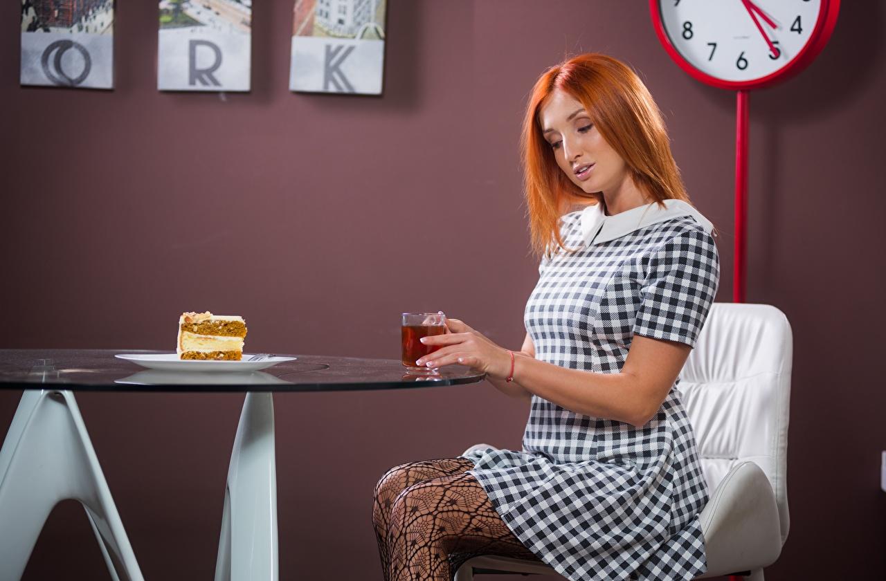 Картинка Рыжая Чай Девушки Завтрак Стол Сидит Пирожное Платье сидящие