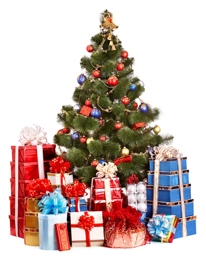 Фотографии Новый год Елка подарков Шар белым фоном Рождество Новогодняя ёлка Подарки подарок Шарики Белый фон белом фоне
