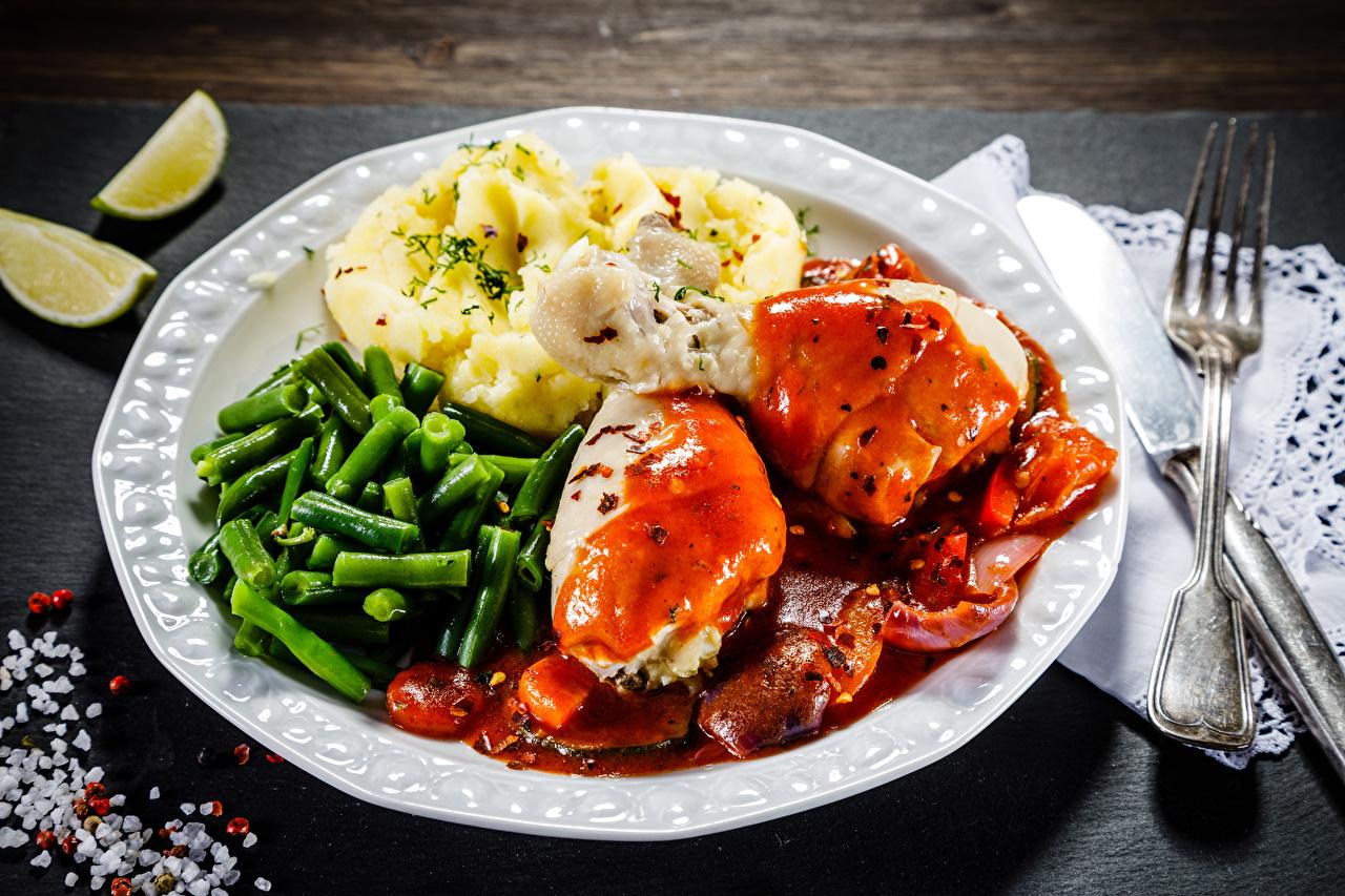 Картинки Курятина картошка Овощи вилки Тарелка Продукты питания Мясные продукты Вторые блюда Картофель Еда Пища тарелке Вилка столовая