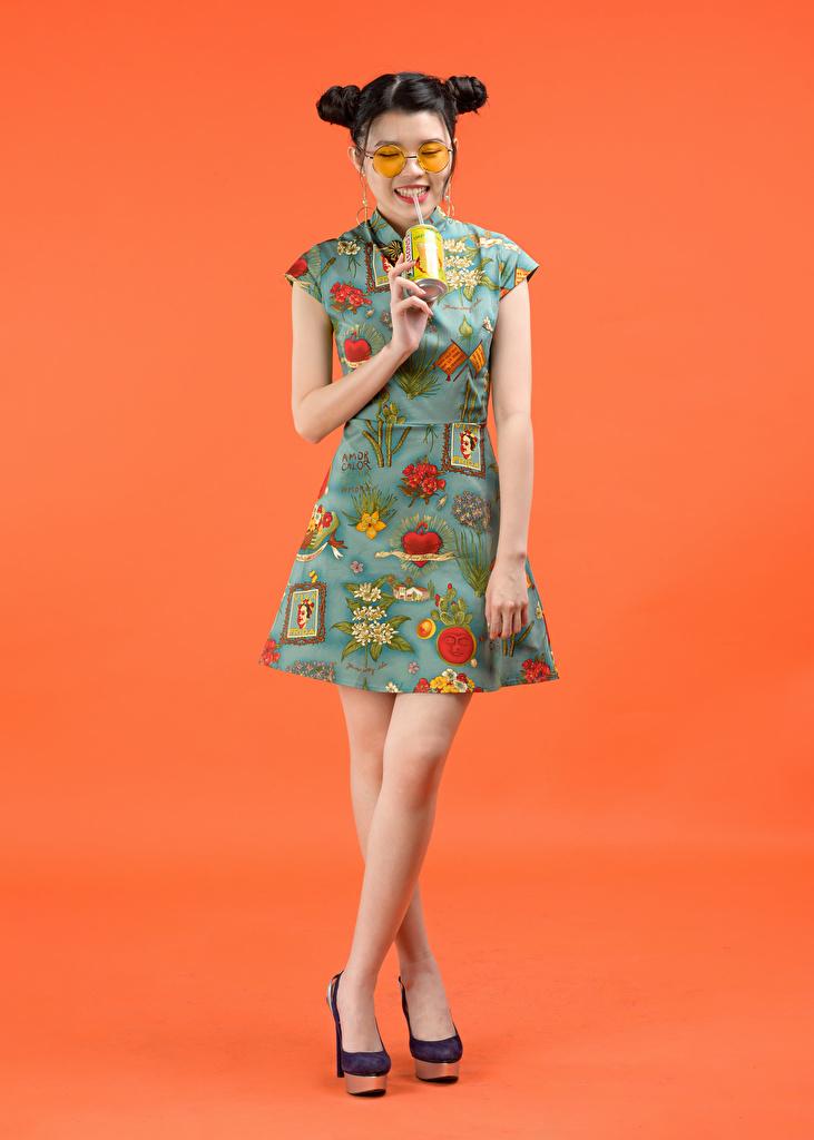 Фотография Причёска молодые женщины азиатка очков Платье напиток Цветной фон  для мобильного телефона прически девушка Девушки молодая женщина Азиаты азиатки Очки очках платья Напитки