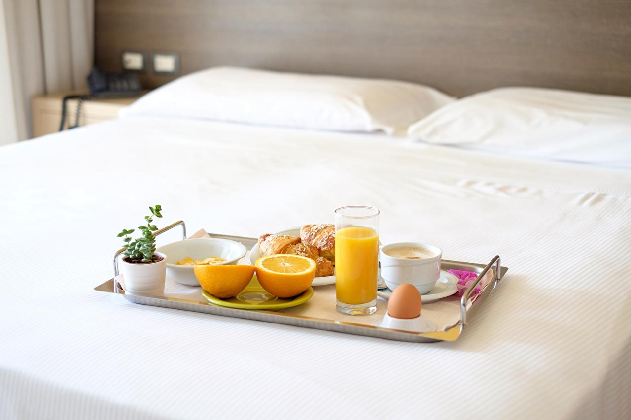 Картинки Яйца Сок Завтрак Апельсин Стакан Пища чашке постель яиц яйцо яйцами стакана стакане Еда Чашка Кровать кровати Продукты питания