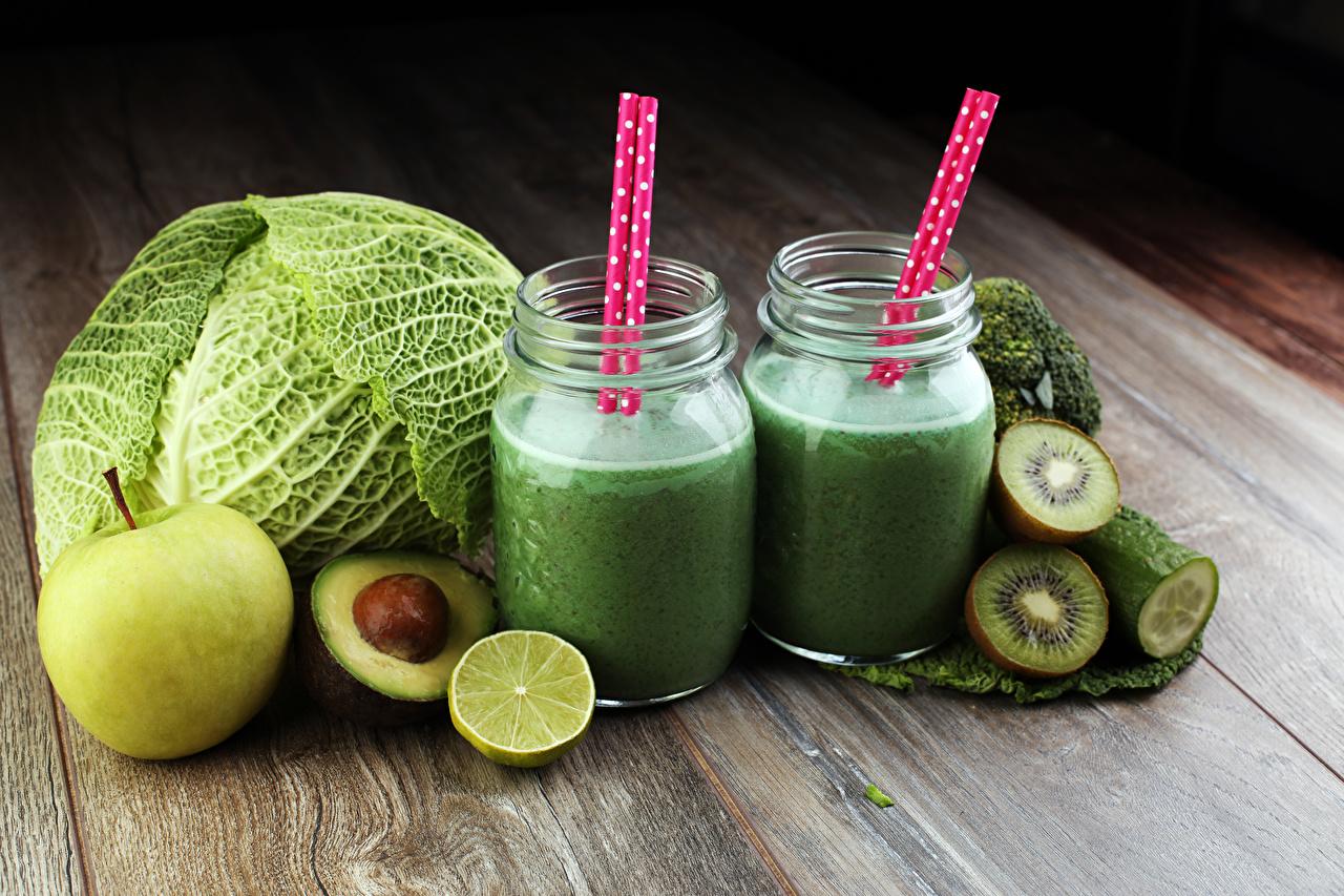 Фотография Сок Двое Капуста Киви Яблоки стакане Авокадо Еда 2 вдвоем Стакан стакана Пища Продукты питания