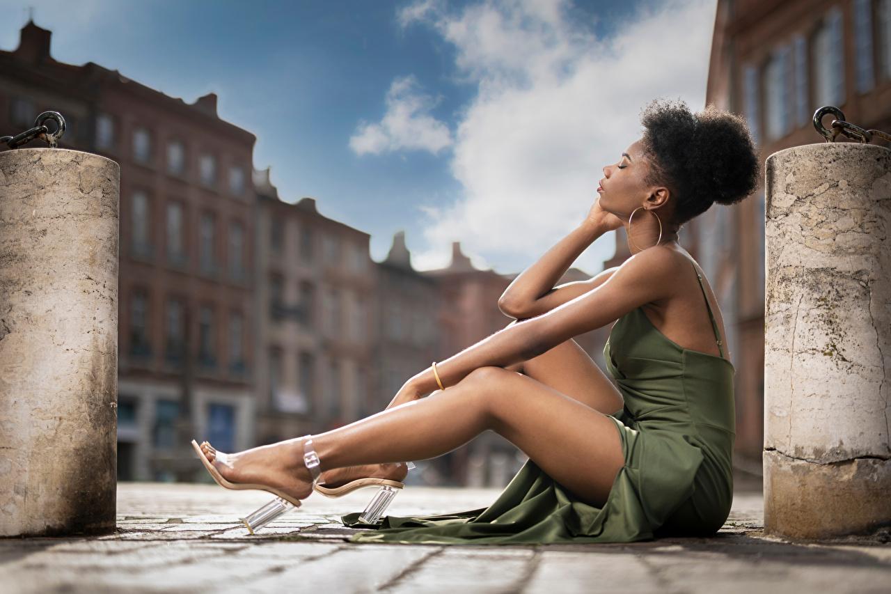 Фотография Mary Негр девушка ног сидя платья негры Девушки молодая женщина молодые женщины Ноги Сидит сидящие Платье