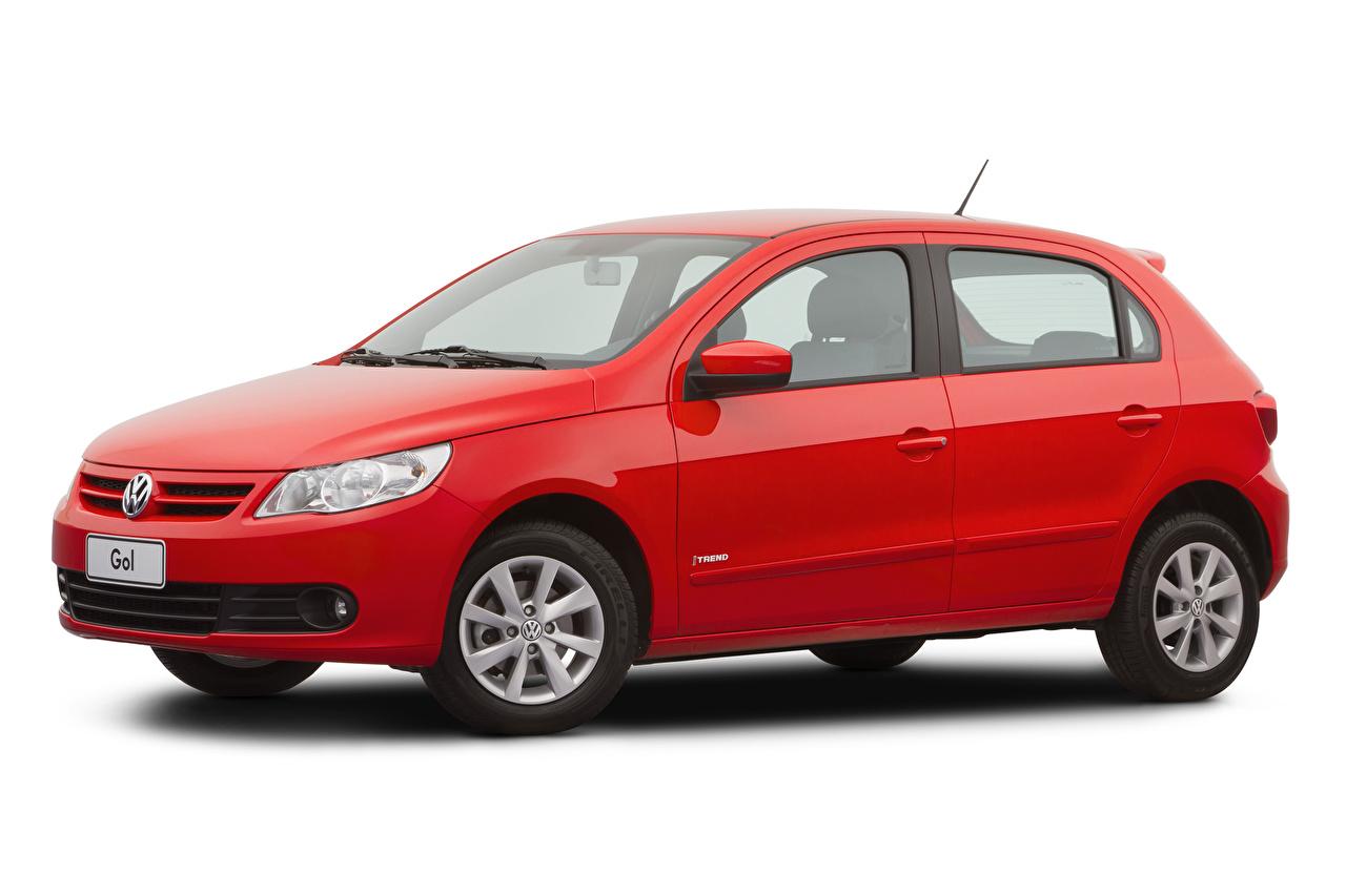 Фотография Фольксваген Gol Trend (V), 2008–12 Красный машина Металлик Белый фон Volkswagen красная красные красных авто машины Автомобили автомобиль белом фоне белым фоном
