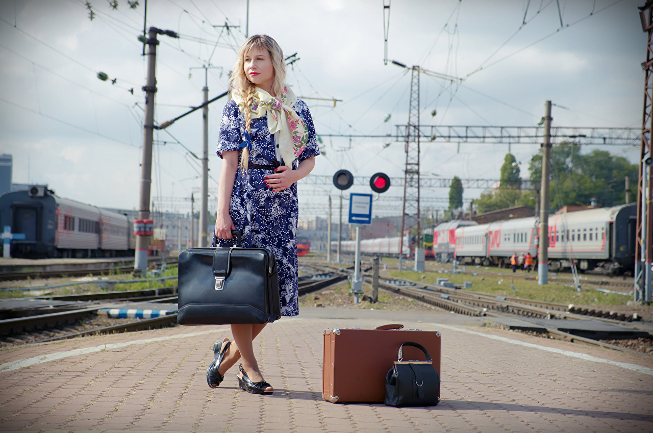 Фото Девушки Victoria Borodinova railway station чемоданом позирует Платье Сумка блондинок девушка молодая женщина молодые женщины Чемодан чемоданы Поза платья блондинки Блондинка