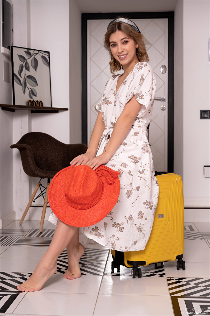 Фотография Avery 1997 улыбается Шляпа Девушки чемоданы Взгляд платья  для мобильного телефона Улыбка шляпы шляпе девушка молодая женщина молодые женщины Чемодан чемоданом смотрит смотрят Платье