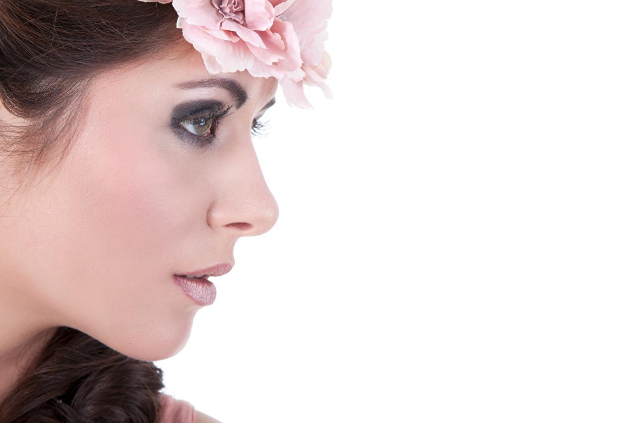 Фотография фотомодель косметика на лице Лицо венком молодые женщины Белый фон Модель мейкап Макияж лица Венок девушка Девушки молодая женщина белом фоне белым фоном