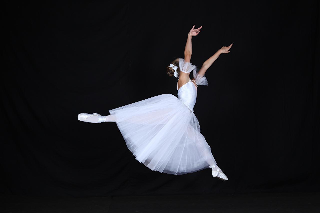 Фотография балете Танцы молодые женщины ног в прыжке рука на черном фоне Балет балета танцует танцуют девушка Девушки молодая женщина Ноги Прыжок прыгает прыгать Руки Черный фон