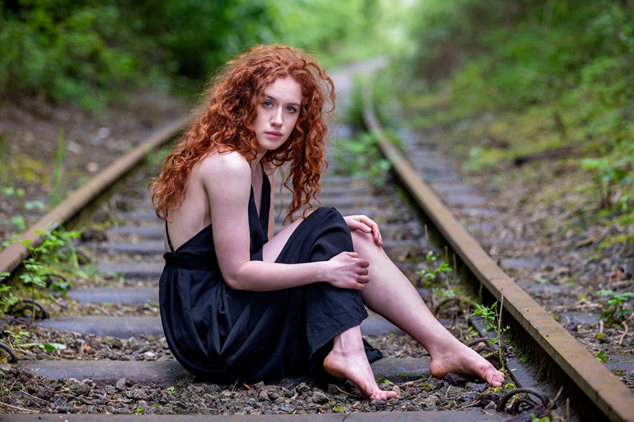 Картинка Рыжая Рельсы Lydia кудри девушка сидящие смотрят платья рыжие рыжих рельсах Кудрявые Девушки молодая женщина молодые женщины сидя Сидит Взгляд смотрит Платье