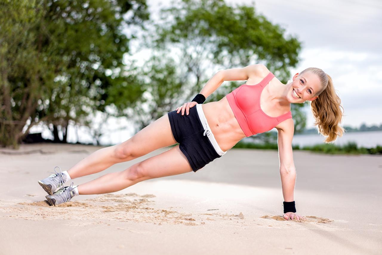 Картинки тренируется улыбается Пляж Фитнес Спорт молодые женщины ног песка Шорты Тренировка физическое упражнение Улыбка пляжи пляже пляжа девушка Девушки спортивный спортивная спортивные молодая женщина Ноги песке Песок шорт шортах