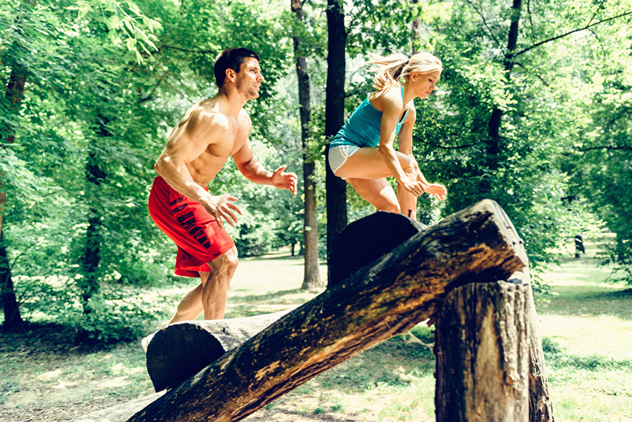 Картинки Блондинка мужчина Тренировка Фитнес два бревно спортивные молодые женщины блондинки блондинок Мужчины тренируется физическое упражнение 2 две Двое Спорт вдвоем Бревна девушка Девушки спортивная спортивный молодая женщина
