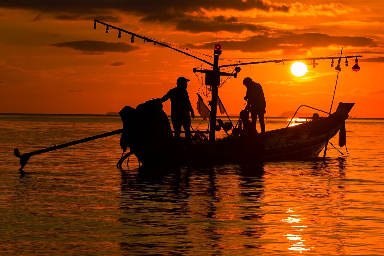 Картинка Мужчины силуэты работают Море Солнце Рыбалка Азиаты Рассветы и закаты Лодки мужчина Силуэт силуэта Работа работает солнца ловля рыбы азиатка азиатки рассвет и закат