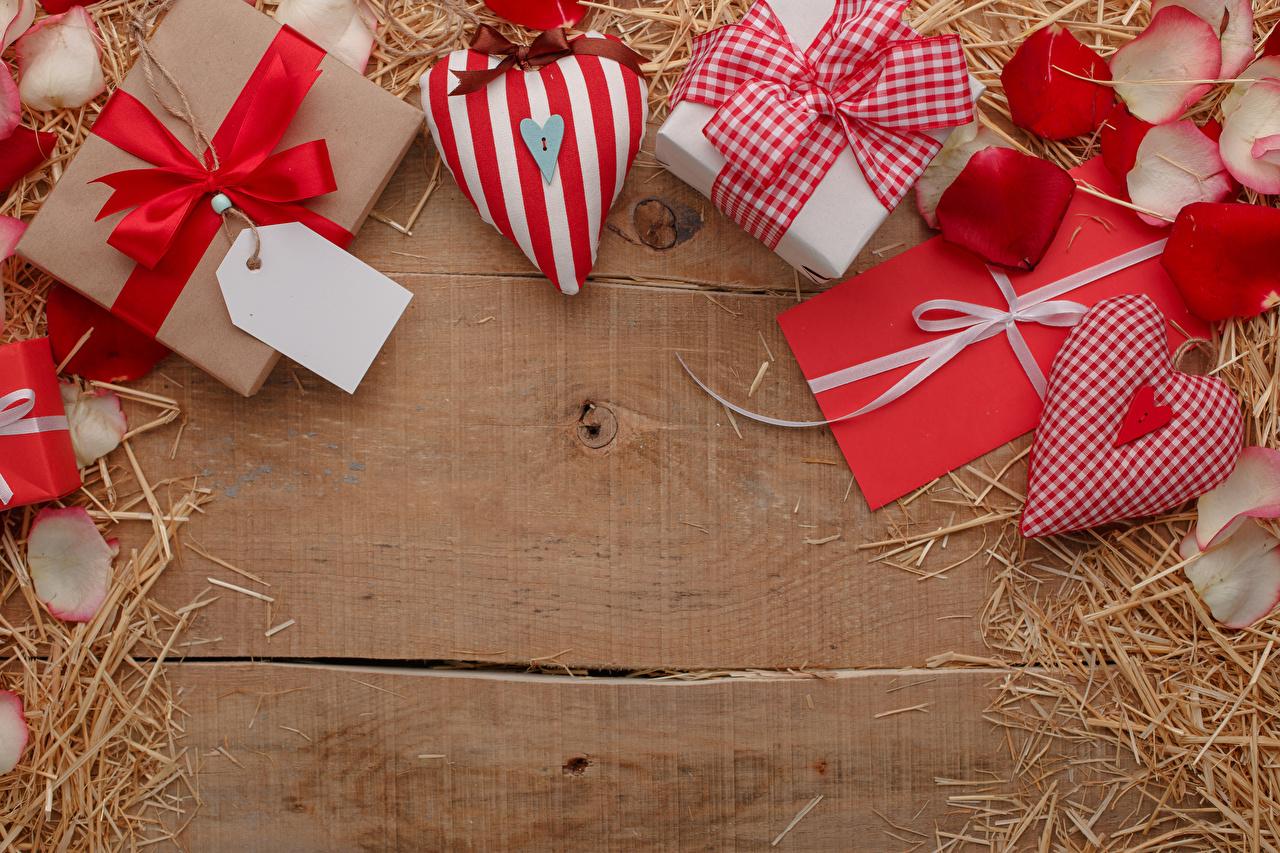 Картинки День всех влюблённых сердца лепестков Письмо подарок бант Солома Шаблон поздравительной открытки Доски День святого Валентина серце Сердце сердечко Лепестки письма Подарки подарков соломе Бантик бантики